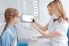 Dentiste intelligent innovateur utilisant la technologie pour l'éducation image stock