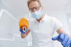 Dentiste local précis conduisant blanchissant la procédure photographie stock libre de droits