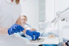 Dentiste ordonné intelligent prenant ses outils images libres de droits