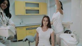 Dentiste praparing pour le patient féminin et la consultation de traitement 4K banque de vidéos