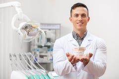 Dentiste professionnel travaillant à sa clinique dentaire images libres de droits