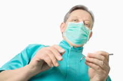 Dentiste se préparant à l'examen - d'isolement sur le blanc - vue d'angle faible Photographie stock