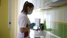 Dentiste traitant des dents du ` un s de patient avec les outils dentaires dans la clinique dentaire dentistry clips vidéos