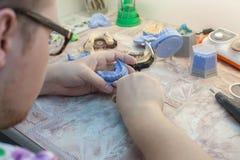 Dentiste travaillant avec le moule dentaire à la clinique Photos stock
