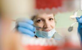 dentistry Vue de la bouche encadrée par des dents photographie stock
