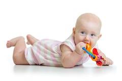 Dentizione della neonata e teethers adorabili di masticazione Fotografia Stock