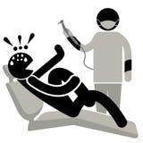 Dentophobia 人被惊吓在牙医参观 尖叫的人坐在牙医的椅子和 患者在牙医办公室 向量例证