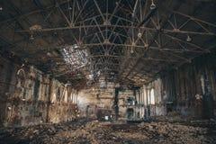 Dentro arruinada y abandonada construcción de viviendas espeluznante oscura de la fábrica, demolición que espera del pasillo indu imagen de archivo libre de regalías