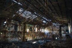 Dentro arruinada y abandonada construcción de viviendas espeluznante oscura de la fábrica, demolición que espera del pasillo indu fotografía de archivo