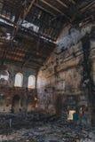 Dentro arruinada y abandonada construcción de viviendas espeluznante oscura de la fábrica, pasillo industrial del almacén fotos de archivo