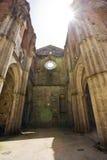 Dentro da abadia roofless de San Galgano, Toscânia Foto de Stock