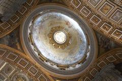 Dentro da basílica de Peter de Saint imagem de stock royalty free