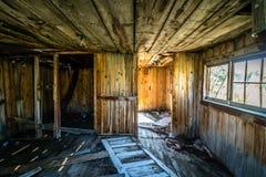 Dentro da casa velha do log Fotos de Stock Royalty Free