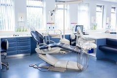 Dentro da clínica com cadeiras, computador e ferramentas dos dentistas Imagem de Stock Royalty Free