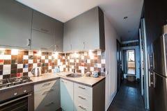 Dentro da cozinha pequena e acolhedor Fotografia de Stock Royalty Free