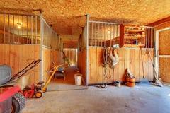 Dentro da exploração agrícola do cavalo com estábulos. imagens de stock royalty free