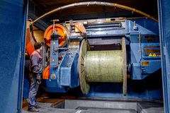 Dentro da fábrica velha que fabrica o cabo bonde outdated Foto de Stock