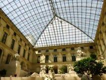 Dentro da galeria da estátua do Louvre foto de stock royalty free