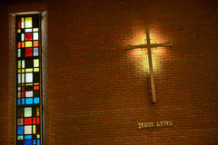 Dentro da igreja com uma cruz Foto de Stock