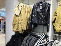 Dentro da loja de roupa no armazém de Azrieli em Rishon Le Zion Fotos de Stock Royalty Free