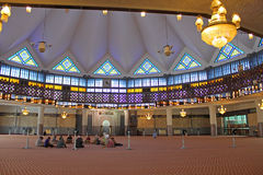 Dentro da mesquita nacional de Malásia, Kuala Lumpur Imagens de Stock