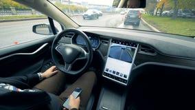 Dentro da opinião um automóvel que esteja conduzindo por si só e um homem que senta-se nele filme