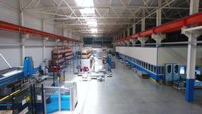 Dentro da planta para a produção dos materiais de aço cena Armazenamento moderno com máquina ferramenta, rolo da fabricação video estoque