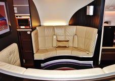 Dentro da série da primeira classe no andar superior de um Airbus A380 de Etihad Airways EY Imagens de Stock Royalty Free