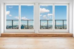 Dentro da sala moderna do apartamento da sótão de luxo com vista sobre a skyline t fotografia de stock
