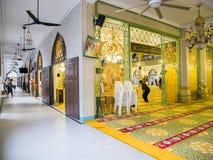Dentro da sultão ou do Sultan Mosque When Muslim Prayer de Masjid em Singapura fotos de stock royalty free