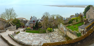Dentro das paredes de Mont Saint-Michel (França) Panorama da mola Imagem de Stock Royalty Free