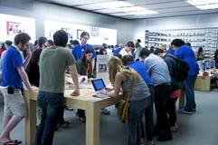 Dentro de Apple Store - Quinta Avenida, NYC Imagenes de archivo