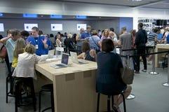 Dentro de Apple Store - Quinta Avenida, NYC Foto de archivo libre de regalías