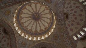 Dentro de cupols de la mezquita de Sultanahmet en Estambul metrajes