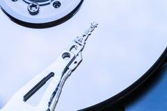 Dentro de disco del mecanismo impulsor duro del ordenador Foto de archivo libre de regalías