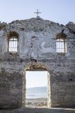Dentro de iglesia rural arruinada en la presa Jrebchevo, Bulgaria Imágenes de archivo libres de regalías