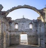 Dentro de iglesia rural arruinada en la presa Jrebchevo, Bulgaria Foto de archivo