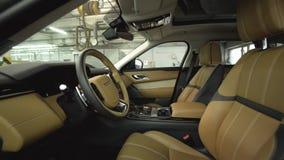 Dentro de interior de cuero costoso de los nuevos coches acci?n Diseño interior moderno del ajuste de nuevo coche de la empresa d almacen de video