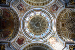 Dentro de la basílica de St Adalbert en Esztergom Foto de archivo