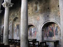 Dentro de la basílica de St Francis de Viterbo en Italia foto de archivo libre de regalías