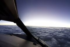 Dentro de la carlinga del avión sobre el cielo imagenes de archivo