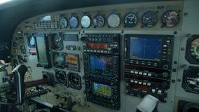 Dentro de la carlinga del ` s del aeroplano almacen de video