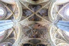 Dentro de la catedral latina en Lviv imagenes de archivo