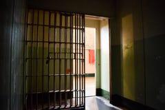 Dentro de la celda de prisión vacía de Alcatraz fotos de archivo