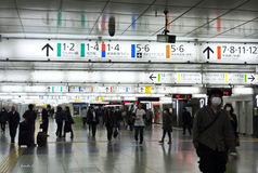 Dentro de la estación de tren de Shinjuku Fotos de archivo