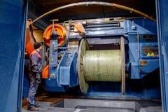 Dentro de la fábrica vieja que fabrica el cable eléctrico anticuado Foto de archivo