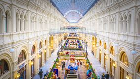 Dentro de la GOMA histórica famosa de los grandes almacenes en la Plaza Roja en Moscú, Rusia fotos de archivo