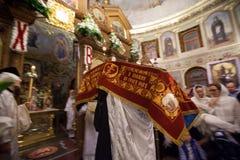 Dentro de la iglesia ortodoxa en Pascua Foto de archivo libre de regalías