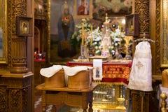 Dentro de la iglesia ortodoxa en Pascua Imagenes de archivo