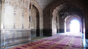 Dentro de la mezquita de Badshahi Imagen de archivo libre de regalías